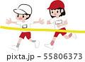 ゴールテープを切る男の子と女の子 55806373