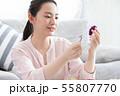 お正月飾りを作る女性 55807770