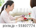 お正月飾りを作る女性 55807774