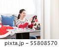 クリスマスリースを作る女性 55808570