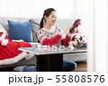 クリスマスリースを作る女性 55808576