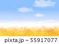 青空と黄金色の秋の木々 55917077