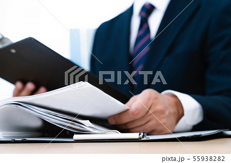 書類とビジネスマン 55938282