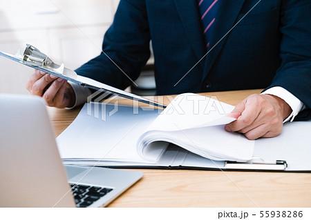 書類とビジネスマン 55938286