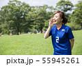 サッカーファンの女性 55945261