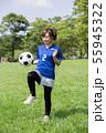 サッカーファンの女性 55945322