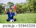 サッカーファンの女性 55945339