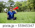 サッカーファンの女性 55945347