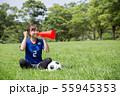 サッカーファンの女性 55945353