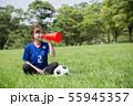 サッカーファンの女性 55945357