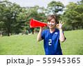 サッカーファンの女性 55945365