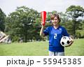 サッカーファンの女性 55945385