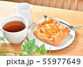 アップルパイ、菓子パン、りんごパイ、紅茶とテーブル、ティータイムのイメージ。 55977649
