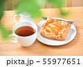 アップルパイ、菓子パン、りんごパイ、紅茶とテーブル、ティータイムのイメージ。 55977651