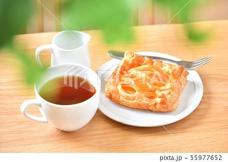 アップルパイ、菓子パン、りんごパイ、紅茶とテーブル、ティータイムのイメージ。 55977652