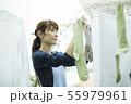 女性 洗濯 洗濯物の写真 55979961