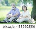 シニア 夫婦 散歩 55992550