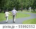 シニア 夫婦 散歩 55992552