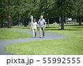 シニア 夫婦 散歩 55992555