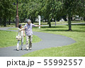 シニア 夫婦 散歩 55992557