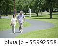 シニア 夫婦 散歩 55992558