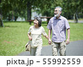 シニア 夫婦 散歩 55992559