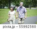 シニア 夫婦 散歩 55992560