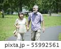シニア 夫婦 散歩 55992561