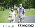 シニア 夫婦 散歩 55992562