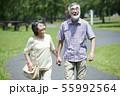 シニア 夫婦 散歩 55992564