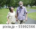シニア 夫婦 散歩 55992566