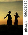 夕焼け空と女性たちのシルエット 56003059