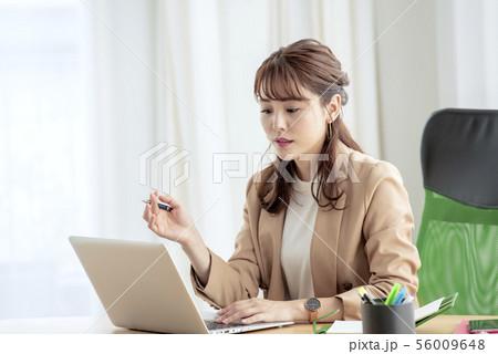 ビジネスカジュアル女性 56009648