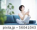 女性 スマホ スマートフォン 56041043
