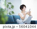 女性 スマホ スマートフォン 56041044