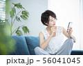 女性 スマホ スマートフォン 56041045