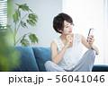 女性 スマホ スマートフォン 56041046
