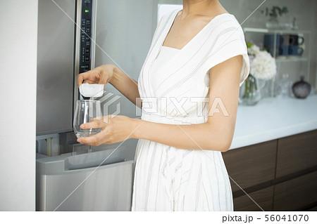 女性 氷 56041070