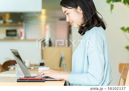 PCに向かう女性 56102137