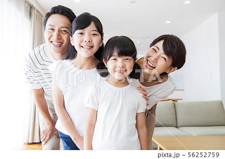 家族 親子 ファミリー 女性 子供 56252759