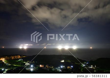 北海道乙部町沖の日本海でイカ釣りの漁り火の夜明け前の風景を撮影 56381311