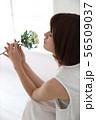 花を嗅ぐ女性 56509037