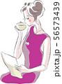 お茶を飲みながら手紙を読む女性 56573439