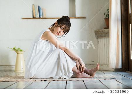 若い女性 56581960
