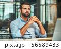 デスク 机 ビジネスマンの写真 56589433