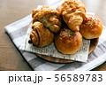 パン クロワッサン 56589783