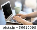 オフィスとノートパソコン 56610098