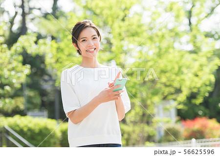 公園でくつろぐ女性 56625596