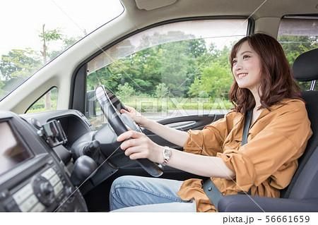 若い女性 運転 56661659