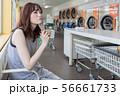 若い女性 コインランドリー 待ち時間 洗濯中 56661733
